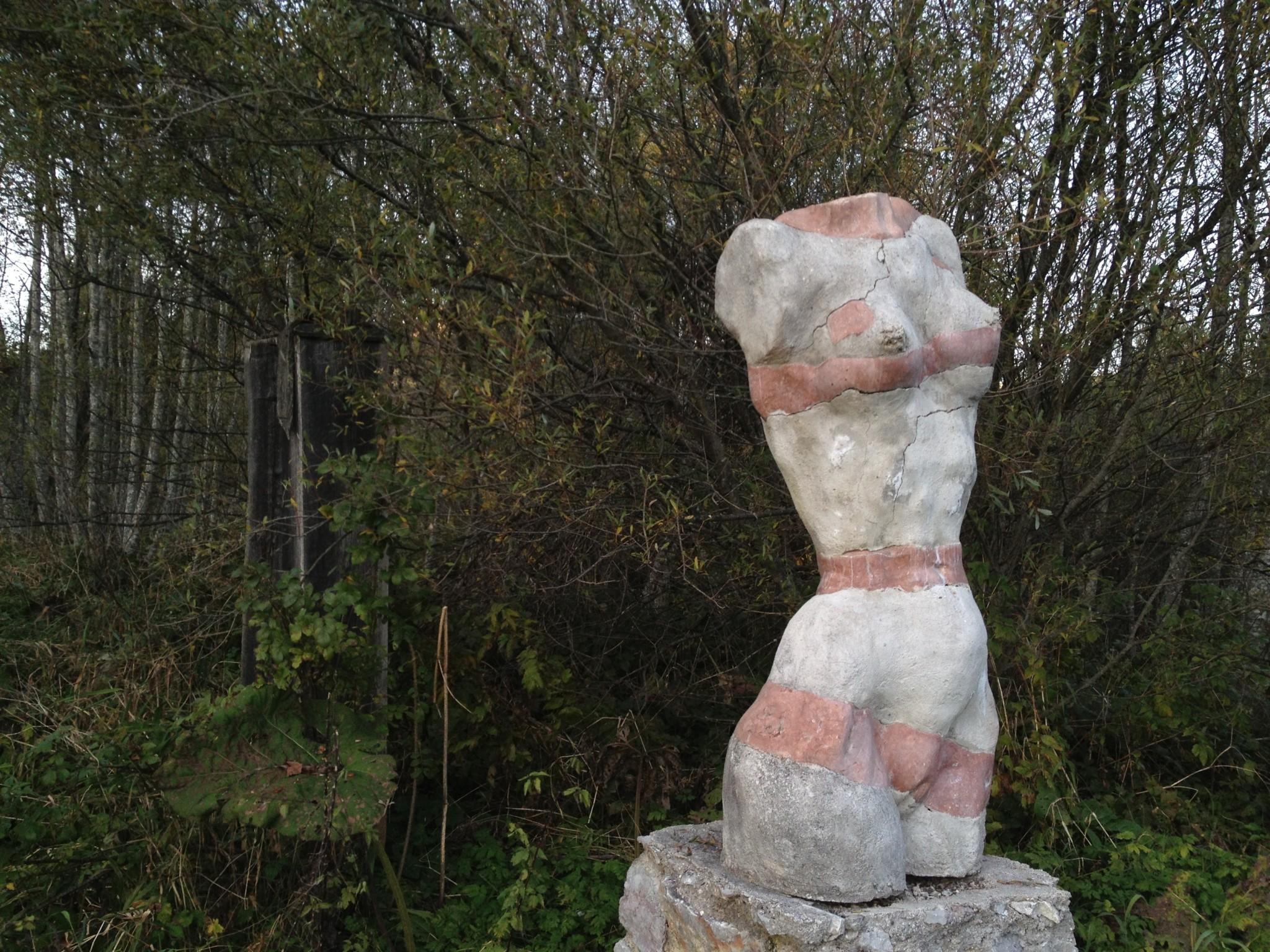 Stein-Skulptur einer nackten Frau ohne Kopf, Arme und Beine