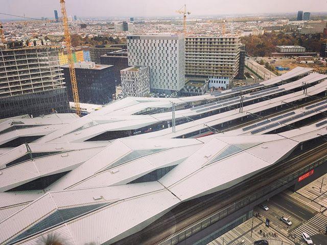Der Wiener Hauptbahnhof. Mit seiner Dachkonstruktion ist er von oben durchaus ansprechend…#vienna #trainstation #oebb