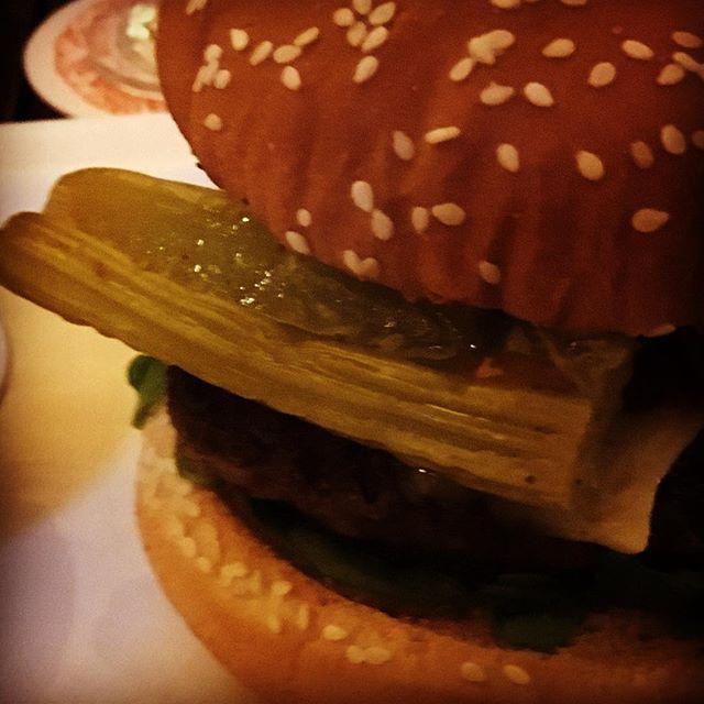 """Geschmolzener Sellerie hieß es in der Speisekarte. Schmeckte aber besser als ich erwartet habe. Wohl weil """"geschmolzen"""" leicht übertrieben gewesen ist. #latergram #foodporn #vienna #burger #geschmolzenersellerie #stadtboden"""