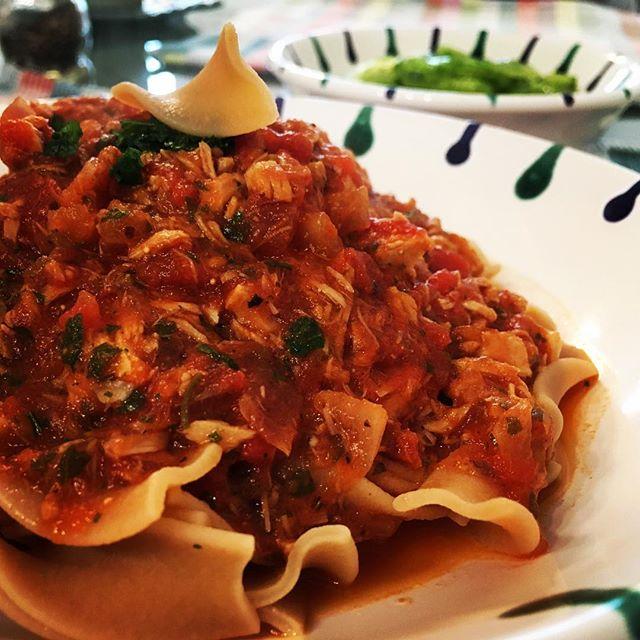 High protein pasta. Mit low carb Gurkensalat im Hintergrund und deliziöser Tomaten-Thunfisch-Soße obendrauf…#pastaporn #foodporn #pasta