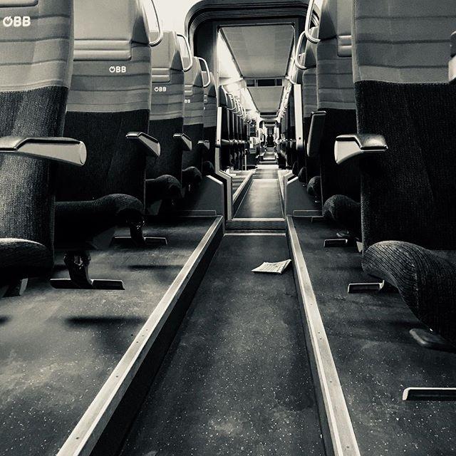 Fluchtmittel und Fluchtpunkt. #train #oebb #wartenbiseslosgeht #blackandwhite #nichtmeinezeitung