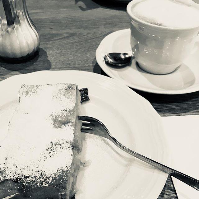 White Apfelstrudel#vienna #food #foodporn #apfelstrudelporn #moresugarthanneeded #blackandwhite #blackandwhitephoto