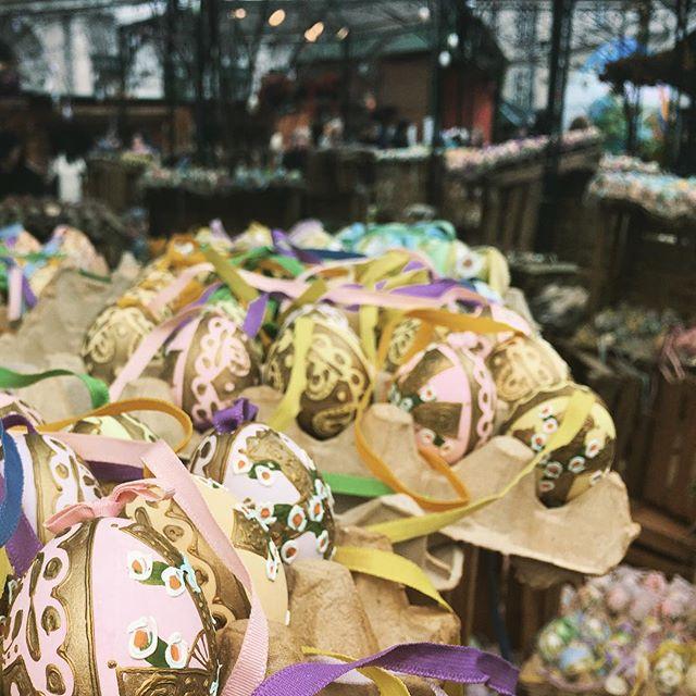 Schöne Feiertage. Und falls jemand fragt, die hintere Palette hab ich nicht so hin gestellt. Und einige Zeit später hat sie immer noch gehalten #keepthebalance #vienna #happyeaster #ostermarkt