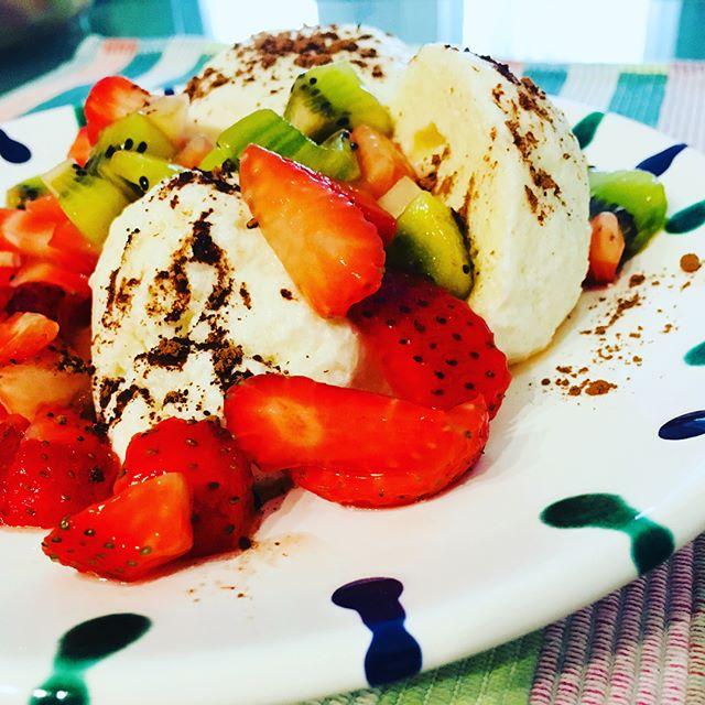 Topfenknödel mit Erdbeeren, Kiwi und Kakao #topfenknödel  #austrianfood  #eiweissohneende #foodporn #selbstgekocht