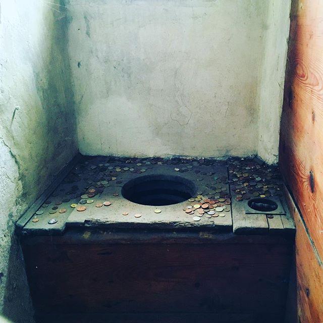 Man braucht in Prag ja immer Münzen für die öffentlichen Toiletten. Wie man sieht…#prague #coins #prag #toilet #coinsforacause #praguecastle #placestosee #loveprague