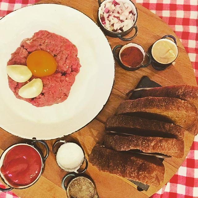 Es gab Beef Tartar. Mit Eigelb, Salz, Pfeffer, Zwiebeln und Ketchup (what?!?) zum Selberanrichten. Und die Kellnerin bestand sogar auf den Ketchup und musste uns  auch noch extra darauf aufmerksam machen. Unser merkliches Desinteresse störte sie dabei wenig. Und als sie dann endlich weg war, mussten wir den Ketchup erstmal mit einer fetttriefenden Brotscheibe abdecken…#prague #foodporn #betterlookingthantasting #beef #tartare #ketchup #latergram #ketchupfanatic