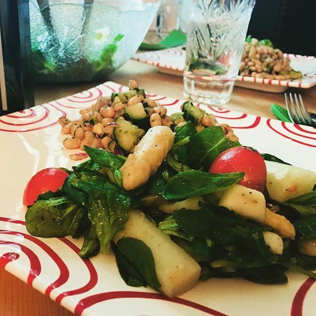 Zwei Salate 🥗. Klassischer Weiße-Bohnen-Salat und ein neu erfundener Spargel-Birnen-Tomaten-Vogerlsalat. #foodporn #foodgasm #salads #vegan #whatveganseat #spargel #lecker #lifeisgood #withmylove