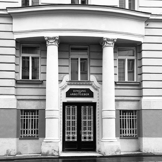 Hier nur für Arbeitgeber. #auva #vienna #entrance #architecture #blackandwhite #nichtabschaffen