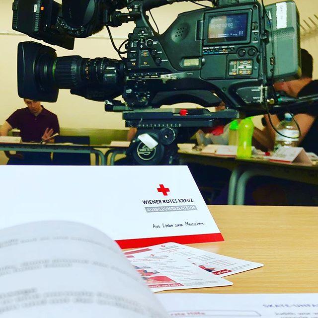 Besuch vom ORF2 bei unserem heutigen Erste-Hilfe-Kurs…#vienna #firstaidtraining #roteskreuz #wienerroteskreuz #orf #camera #localtv #beiunsdahoam #orf2 #tv