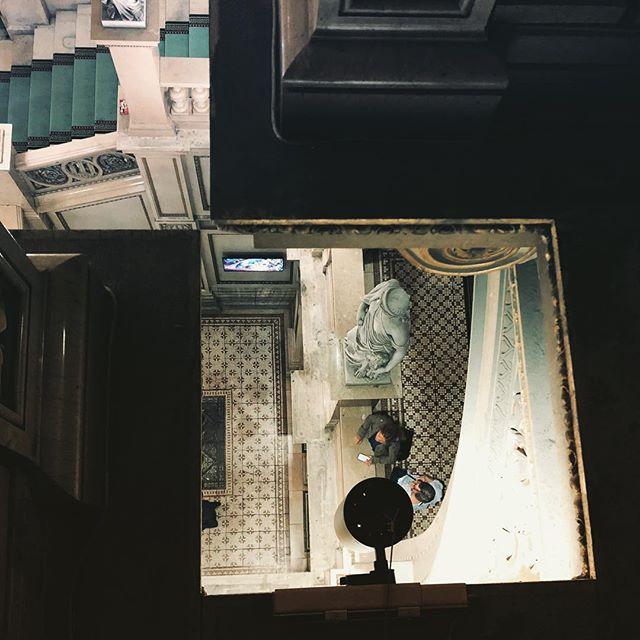 Der Stiegenaufgang der Wiener Staatsoper. Auf der links ansatzweise zu sehende Treppe werden die VIPs beim Opernball immer geholt, fotografiert und interviewt.......#staatsoper #staatsoperwien #opera #perspective #topdown #old #wien #vienna  #wienliebe #viennalove  #igersvienna #welovevienna#austria #feelaustria #discoveraustria #365austria #europe #living_europe #topeuropephoto #culturewithmylove #archilovers #architecture #redcarpet