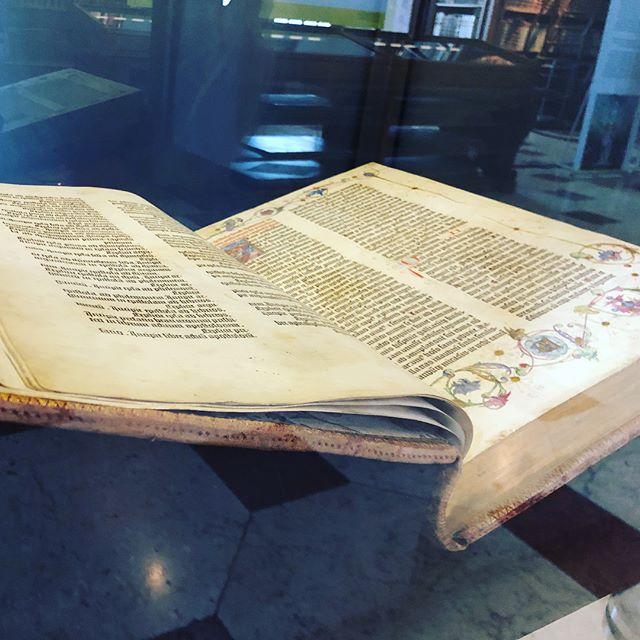 Eines von 20 Exemplaren der Gutenberg-Bibel. Vollständig und leserlich erhalten in der österreichischen Nationalbibliothek....#history #gutenberg #bible #gutenbergbible #nationalbibliothek #prunksaal #museum #lettersfromhistory #wien #vienna #wienliebe #viennalove #igersvienna #welovevienna#austria #feelaustria #discoveraustria #365austria #europe #living_europe #topeuropephoto #1of20