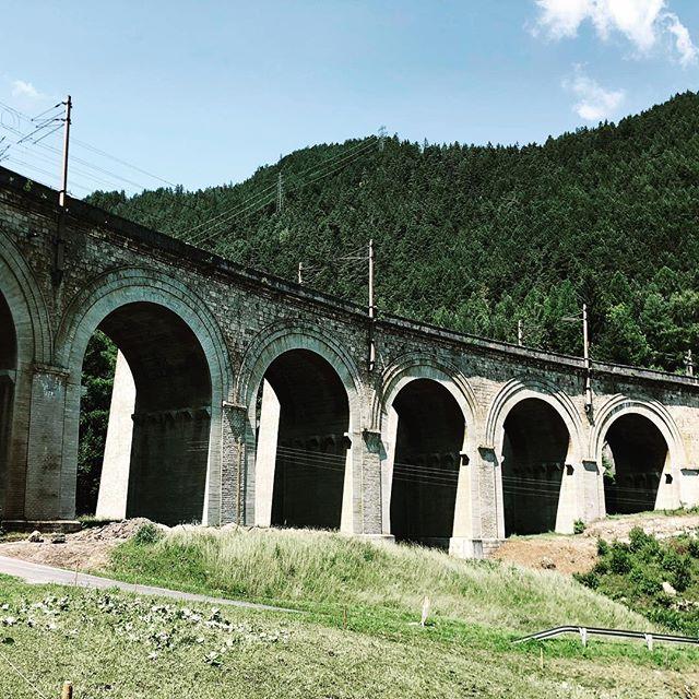 Aquädukt mit Bahnschienen. Also immer fließender Verkehr…