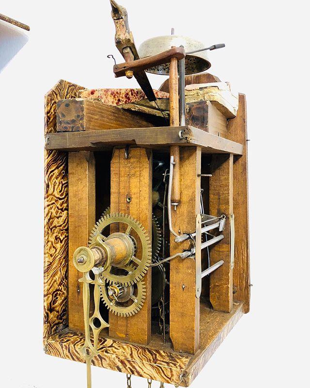 Eine der ersten Schwarzwalduhren mit Kuckuck. Fotografiert im Wiener Uhrenmuseum