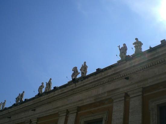 Statuen auf dem Dach des Peterdoms