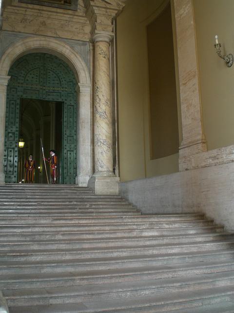 Schweizer Garde am Seitengang des Petersdoms