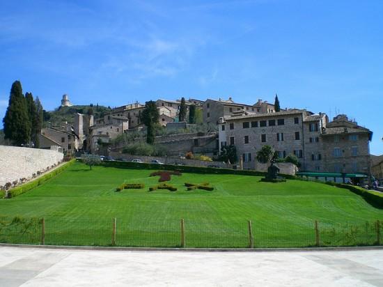Stadtbild Assisi - aus Blickrichtung der Basikila des hl. Franziskus