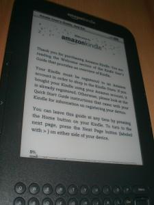 Das Display des Amazon Kindle - selbst leicht seitlich noch sehr gut zu lesen