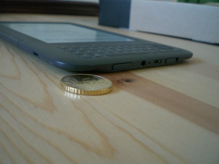 Der Kindle ist auch im Vergleich zu aktuellen Smartphones nicht gerade dick. Beim Lesen hat man den Kindle gut in der Hand