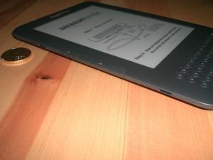 Linke Seite des Amazon Readers: Neben den Knöpfen zum Vor- bzw. Zurückblättern sind die Anschlüsse für Kindle-Taschen zu sehen
