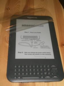 Amazon Kindle Unboxing: Die obere Schutzfolie schützt die gesamte Oberseite vor Transportschäden