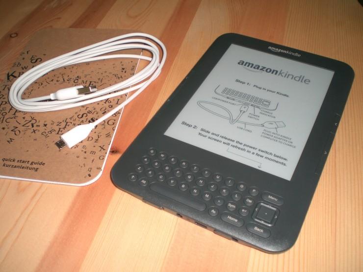 Das ist im Paket nach dem Auspacken: Kindle, USB-Kabel und Kurzanleitung