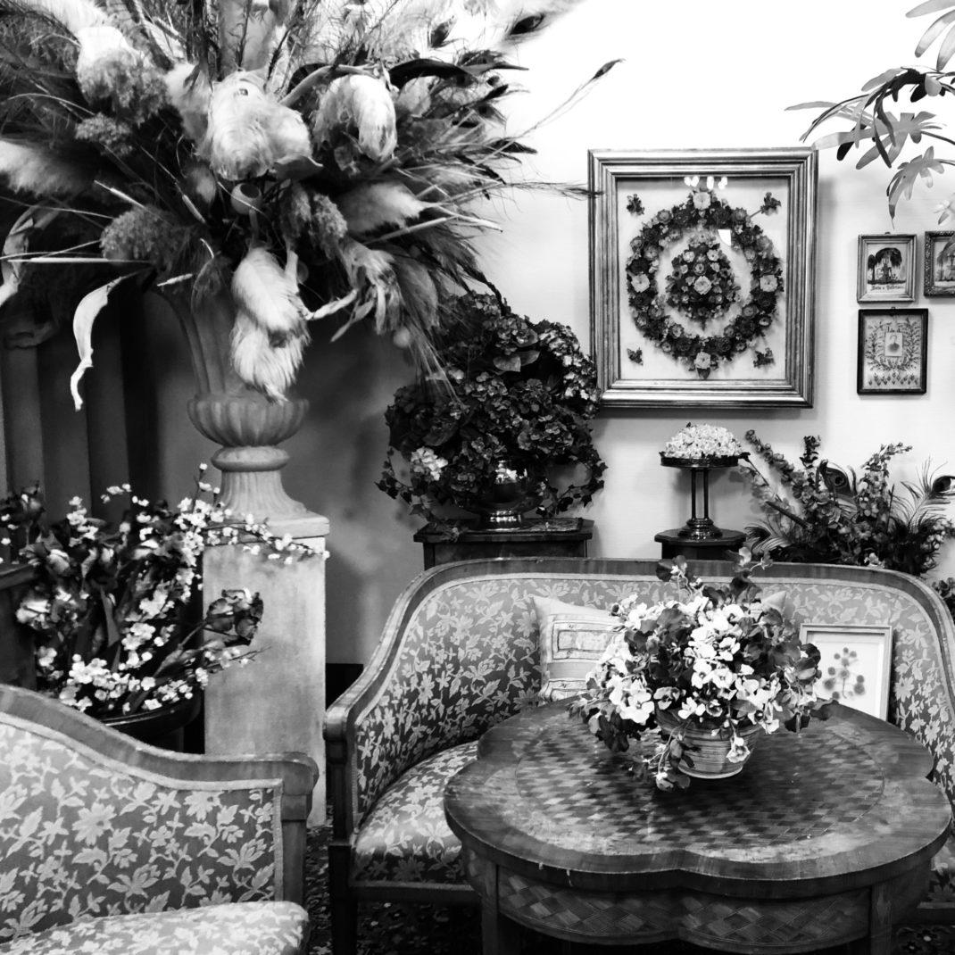 Biedermeier-Zimmer im Gartenbaumuseum mit Haarbildern und Schmetterlingsbild