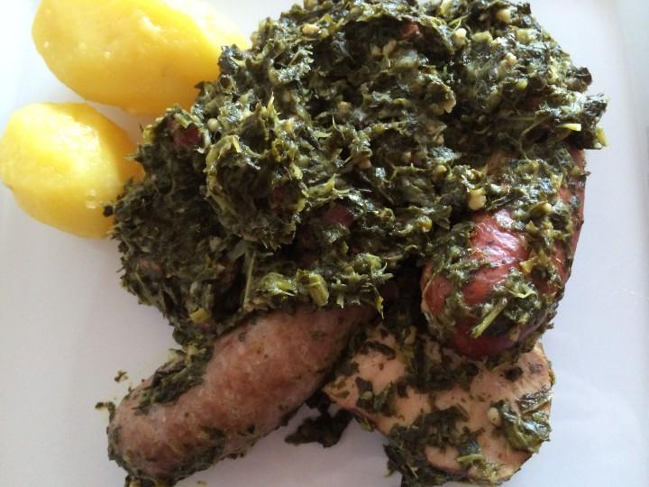 Grünkohl. Mit Kassler, groben, geräucherten und frischen Bratwürsten und Salzkartoffeln
