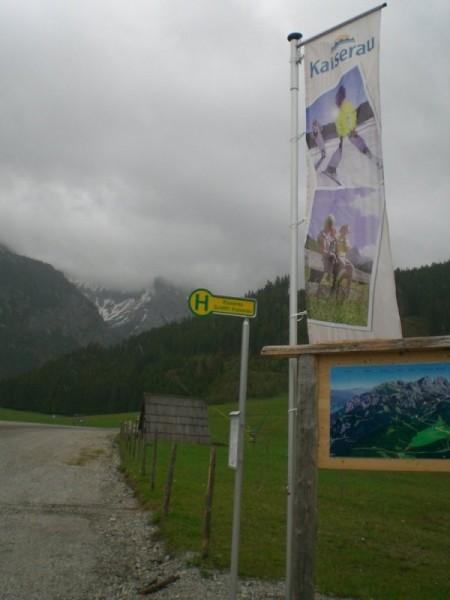 Die Kaiserau - Mit Flagge und eigener Bushaltestelle