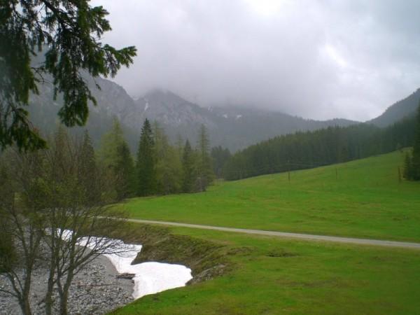 Panoramabild: Ein Ausblick mit Flussbett