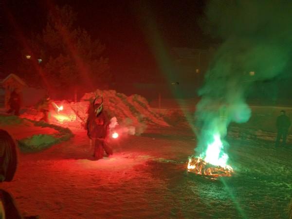 Krampuslauf: Auftritt mit bengalischem Feuer