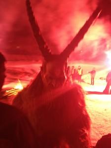 In rotes Feuer getaucht wirken die Hörner noch länger