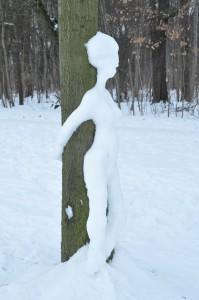 Schneefrau am Baum (seitlich)