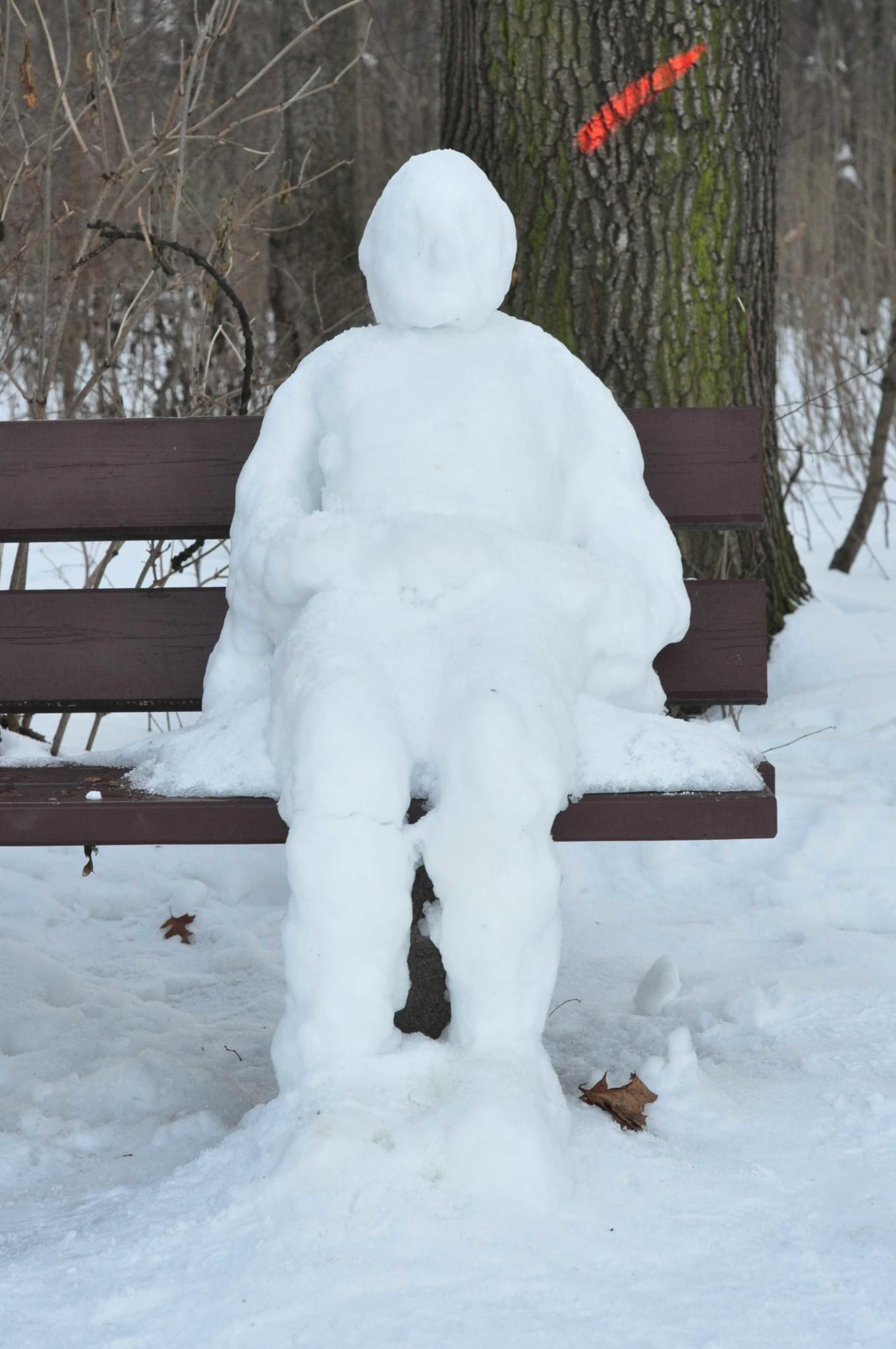 Ein Schneemann auf der Bank (frontal)