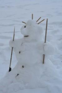 Schneemann mit Stöcken ausstaffiert (seitlich)