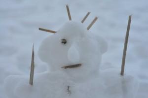 Schneemann mit Stöcken ausstaffiert