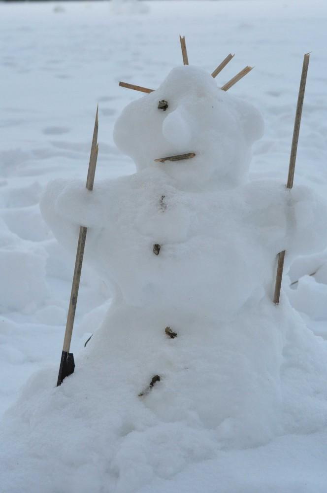 Schneemann mit Stöcken ausstaffiert (komplett)