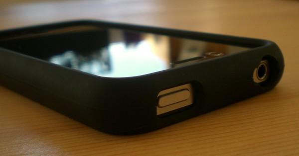Powerknopf und Klinkenanschluss im Speck iPhone 4/4S Case