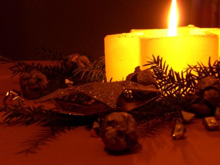 Weihnachtsstimmung durch eine dekorierte Kerze zu Weihnachten