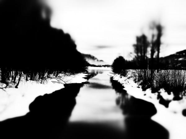 Der winterliche Fluss wird durch Weichzeichnen, höheren Kontrast etc. zum Rorschach-Bild